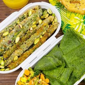 Crepes de espinacas, espárragos crujientes y galletas de zanahoria