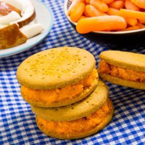 Sándwich helado de cremoso de zanahoria y coco
