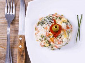 Beneficios de la ensaladilla rusa, combinación de vitaminas