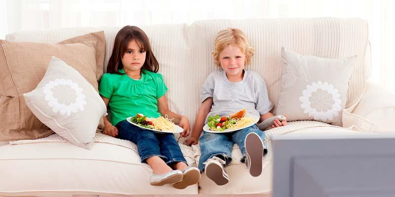 Siete de cada diez niños comen frente a una pantalla