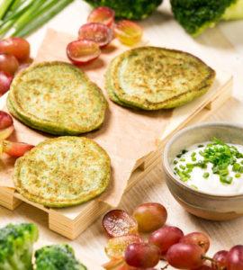Mini Tortitas de brócoli, salsa amarga y frutas de temporada