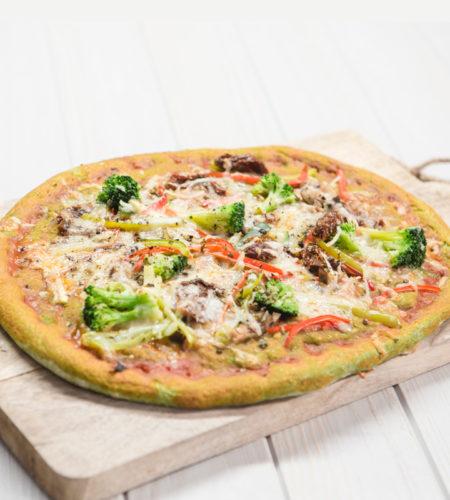 Pizza vegetal con masa de espinacas